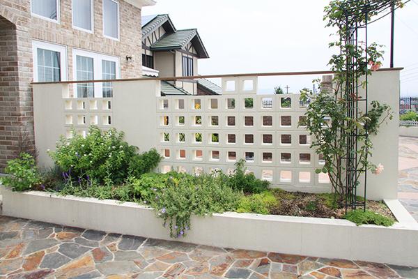 ブロック塀とフェンスはどちらが安い?メリット・デメリットと費用相場を解説
